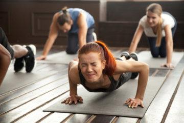 駒沢パーソナルトレーニングジムで筋トレする女性