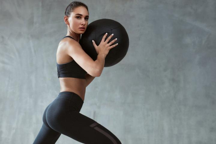 ボールトレーニングする女性