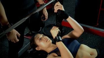 駒沢パーソナルトレーニングジムでトレーニング中の女性