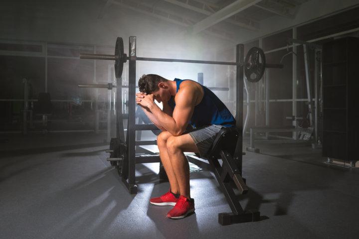 トレーニング疲れの男性