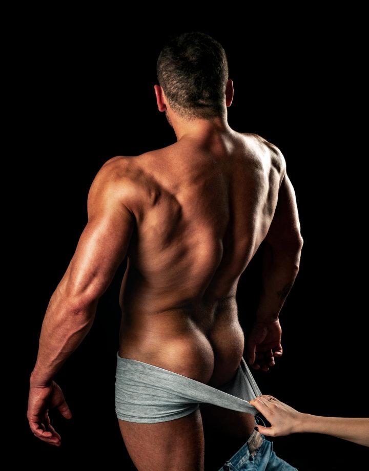 背筋をアピールする男性