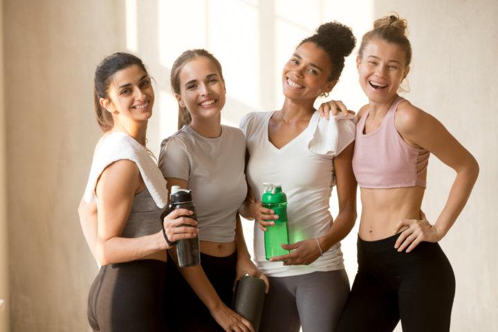 ジムでトレーニングする女性