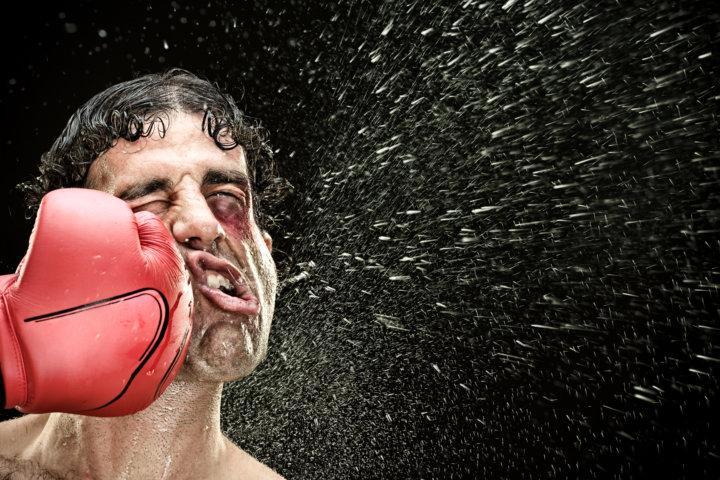ボクシングのストレートを受ける男性
