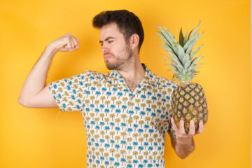 筋トレしている男性とパイナップル