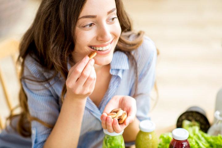 ナッツを食べる女性