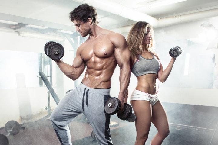 ペアでトレーニングする男性と女性