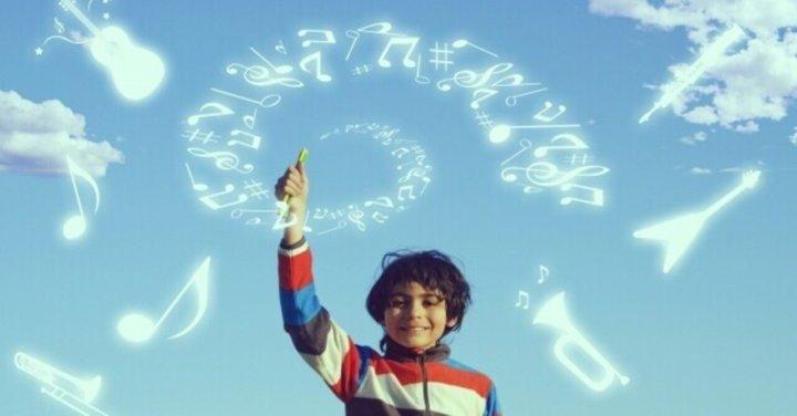 空に絵を描く少年