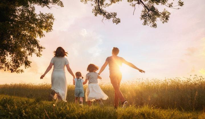 夕日の中の家族