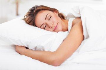 睡眠をとっている女性