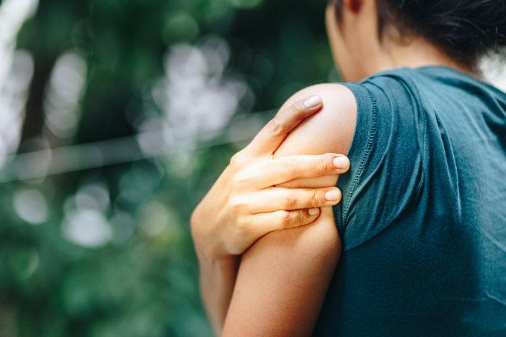 筋肉痛の女性