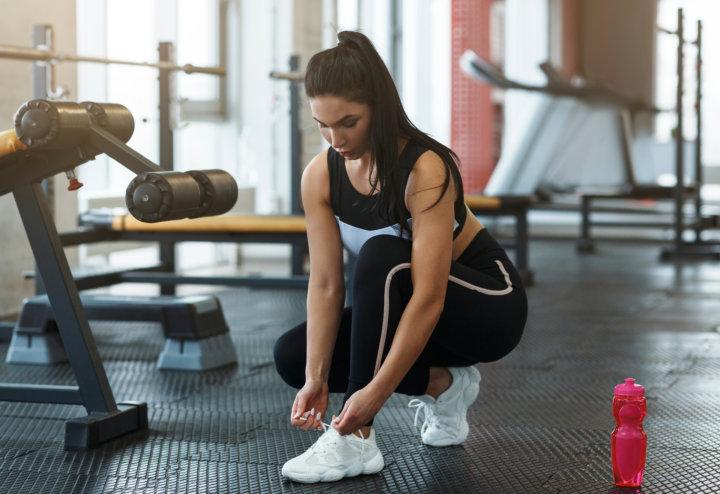 靴紐を結ぶトレーニング前の女性