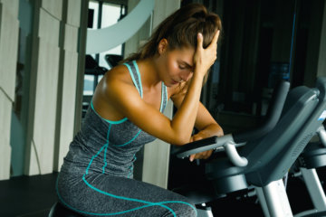 カロリー制限で疲労する女性